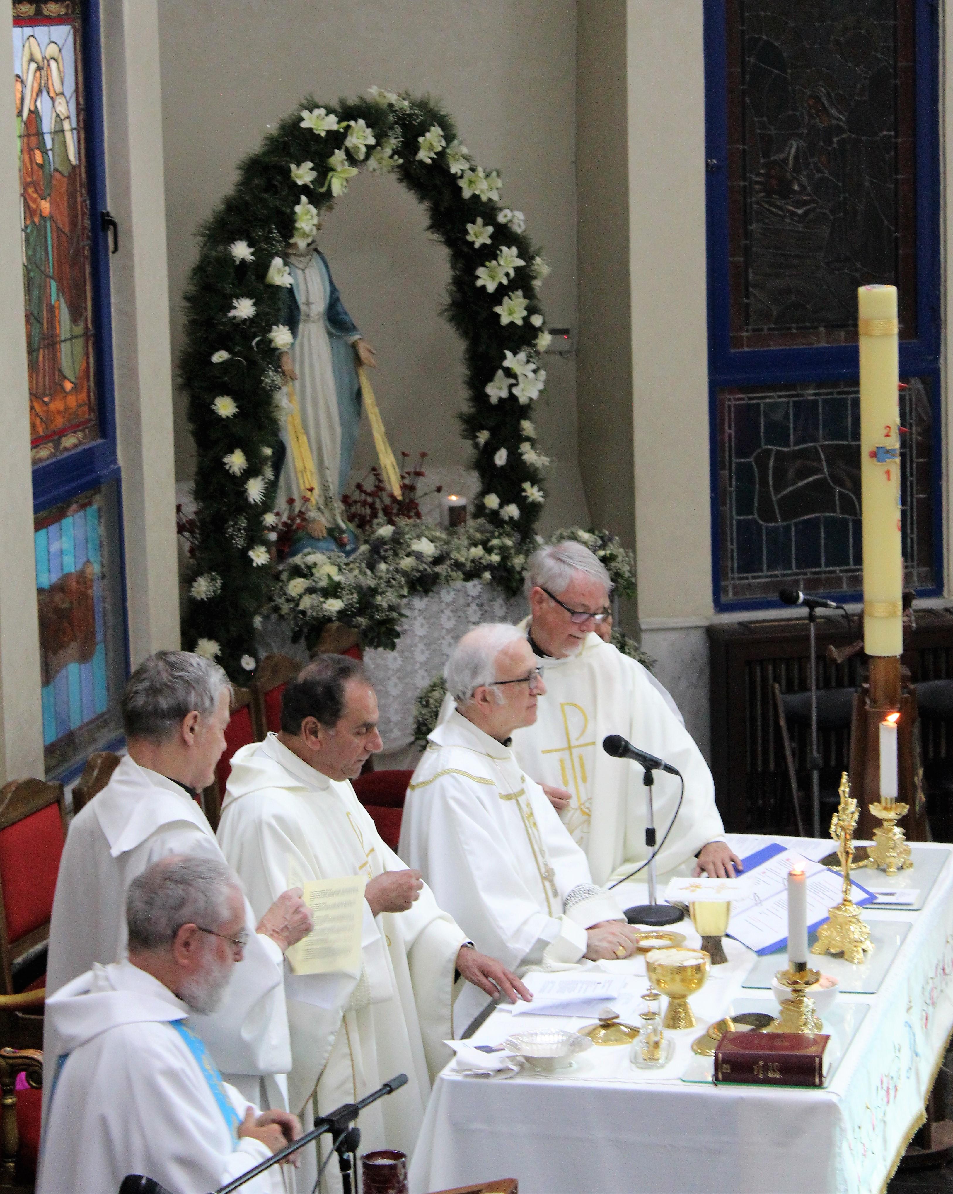 16-altar-scene